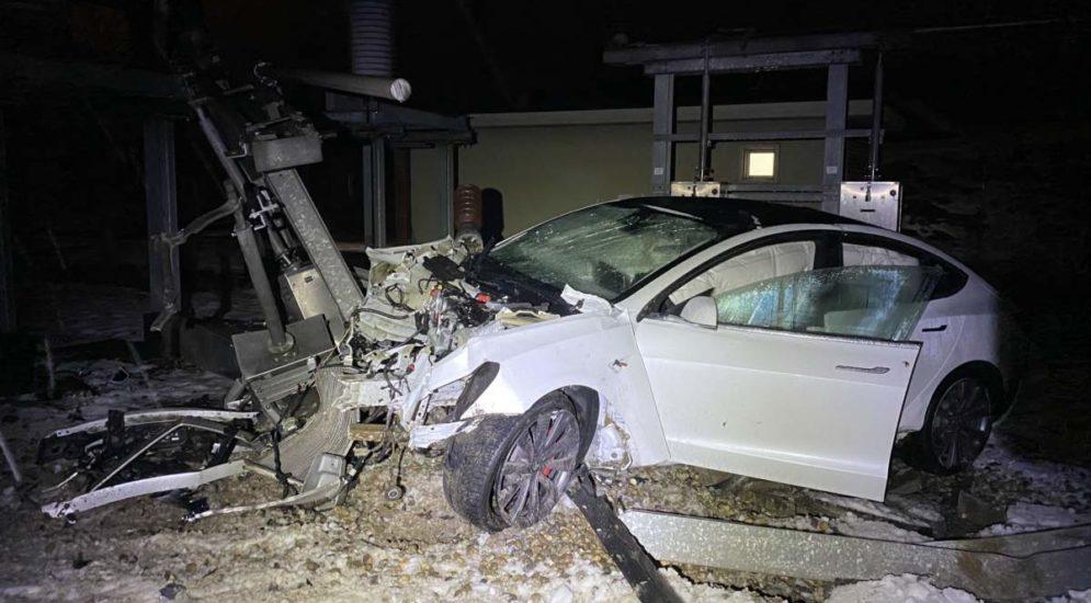 Unfall Oftringen AG - Tesla-Fahrer (23) hebt ab und schiesst über Sicherheitszaun