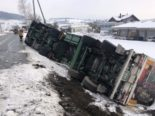 Unfall Thayngen SH - LKW kippt mit 23 Tonnen Hühnerfutter