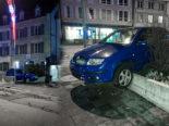 """Betrunkener Lenker """"parkiert"""" Auto auf Mauer vor Polizeiposten"""