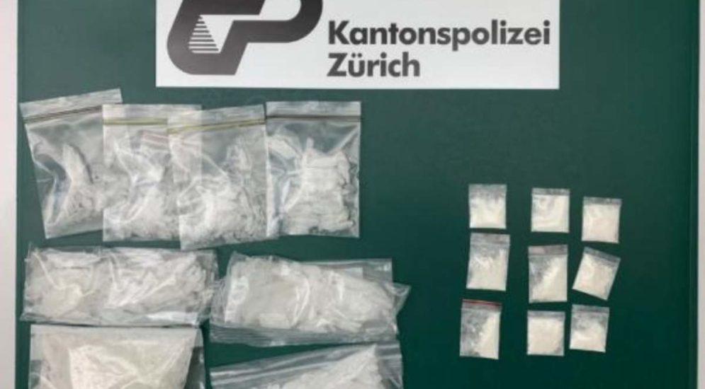 Zürich: Drogen, 67`000 Franken und mehrere Waffen sichergestellt