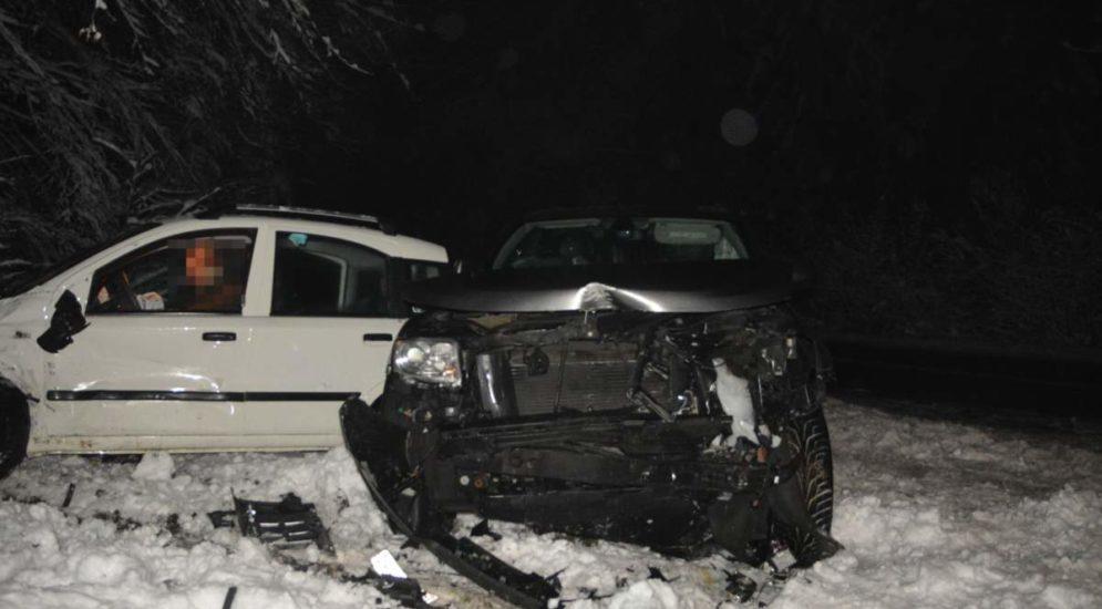 Dornach SO - Unfall zwischen zwei Autos auf schneebedeckter Strasse