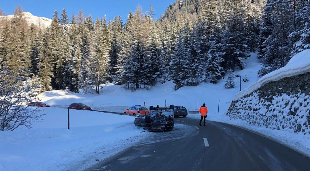 Marmorera GR: Auto landet bei Unfall auf dem Dach