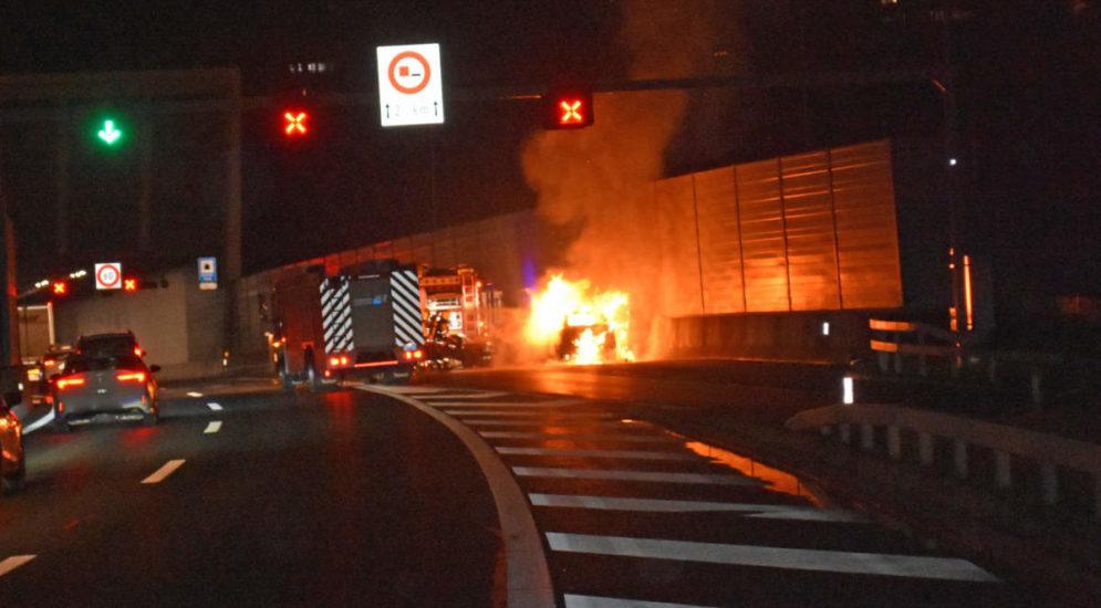 Kriens LU: Auto gerät auf der A2 in Brand