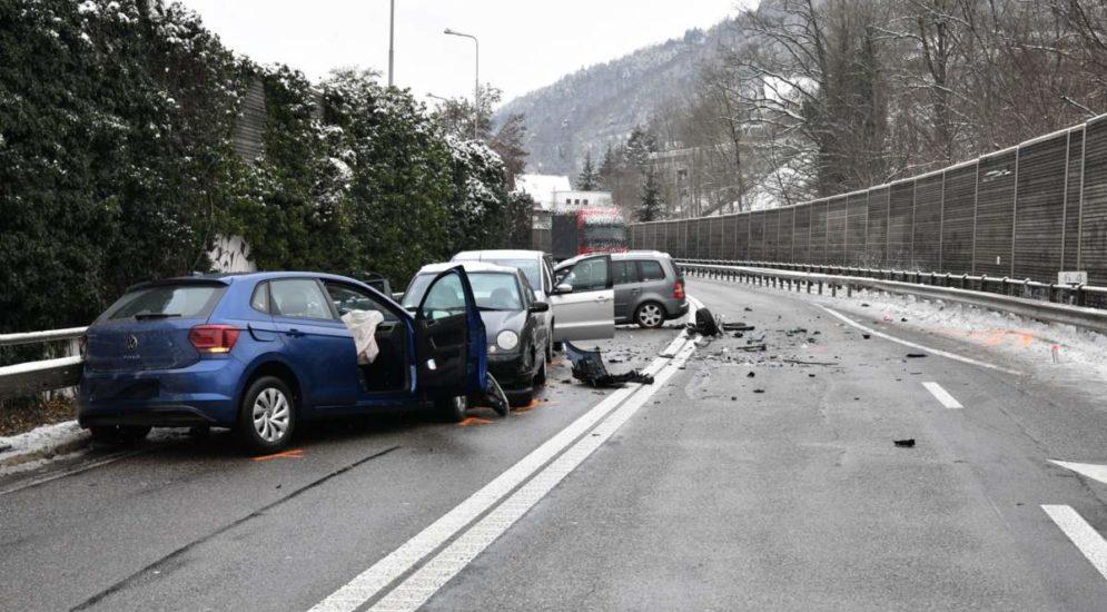 A22, Liestal BL: Schwerer Unfall fordert vier Verletzte