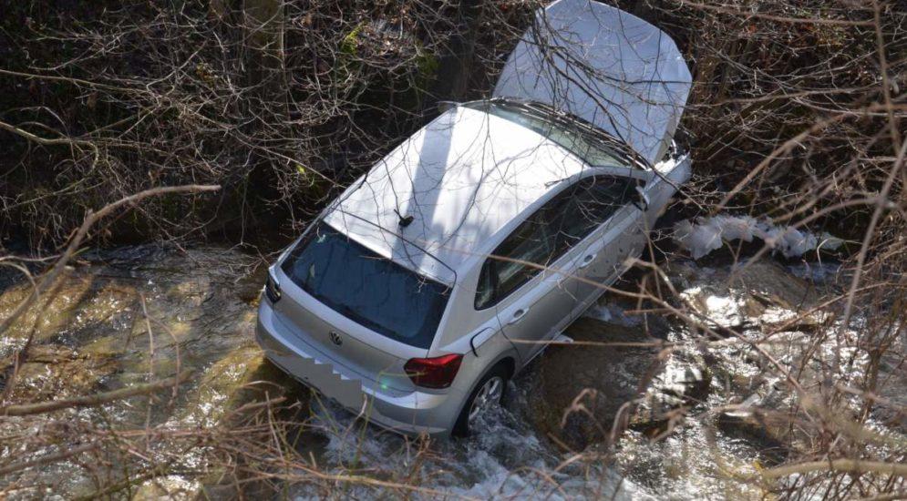 Gelterkinden BL: Auto landet nach Unfall in Bachbett