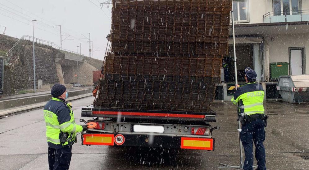 A3, Basel: Sattelschlepper mit Ladung in Schräglage gestoppt