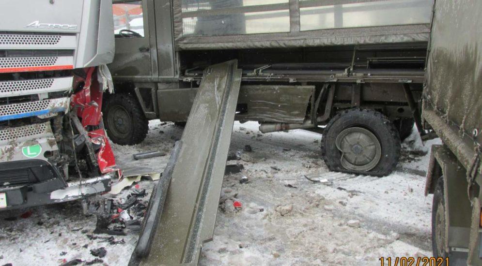 Filzbach SZ: Unfall mit Militärlastwagen