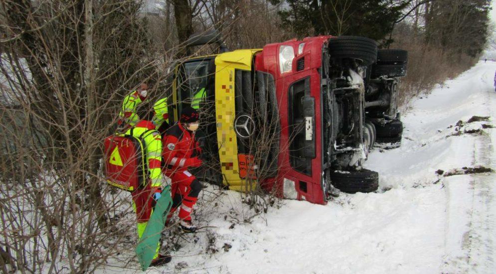 Unfall Mollis GL: Tanklaster kippt um - Lenker mittelschwer verletzt