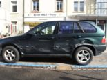 Basel: Parkiertes Fahrzeug bei Unfall massiv beschädigt