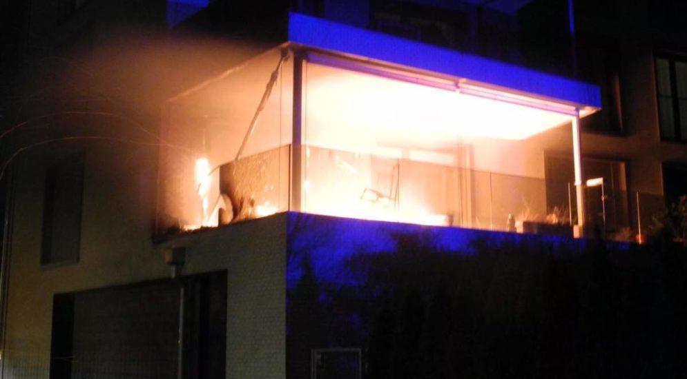 Ibach SZ - Offenes Feuer auf Balkon