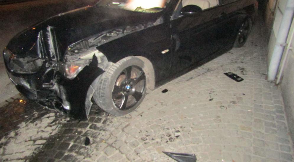 Unfall Glarus GL: Fahrer (19) prallt bei Drift-Manöver gegen Mauer