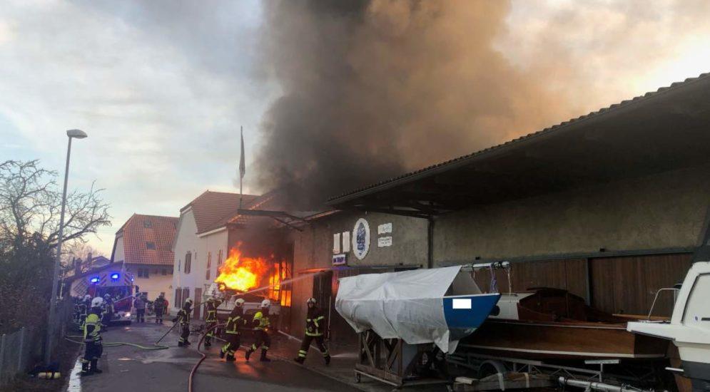 Praz FR: Mehrere Schiffe in Brand - Strasse gesperrt