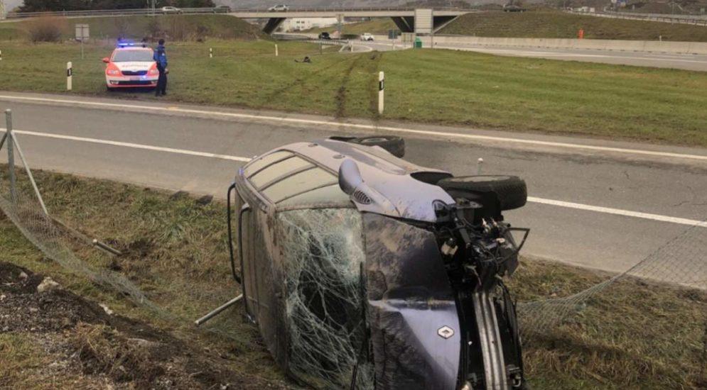 A9 Sitten VS: Fahrer rast vor Polizei davon, baut Unfall und wird verhaftet