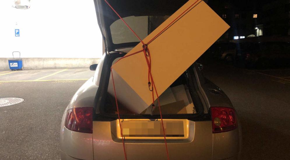 St.Gallen - Holzregal im offenen Kofferraum transportiert