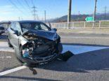 Unfall Bilten GL - Lenker (18) crasht vortrittsberechtigtes Auto