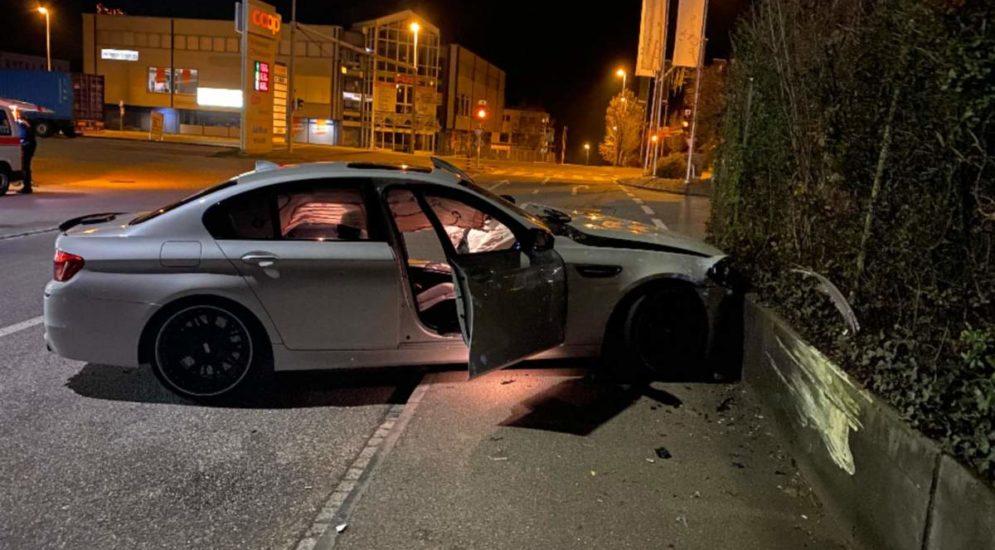 Unfall Frenkendorf BL: Fahrer (19) kollidiert frontal mit Mauer
