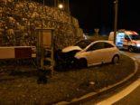 Personenwagen kollidiert mit Begrenzungsmauer