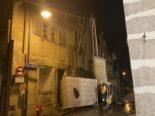 Mollis GL: Sichtschutz von Baustelle in Brand geraten