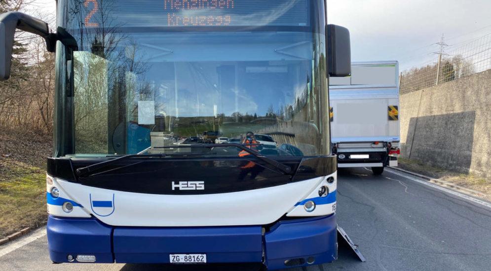 Menzingen ZG: Unfall zwischen Linienbus und Auto