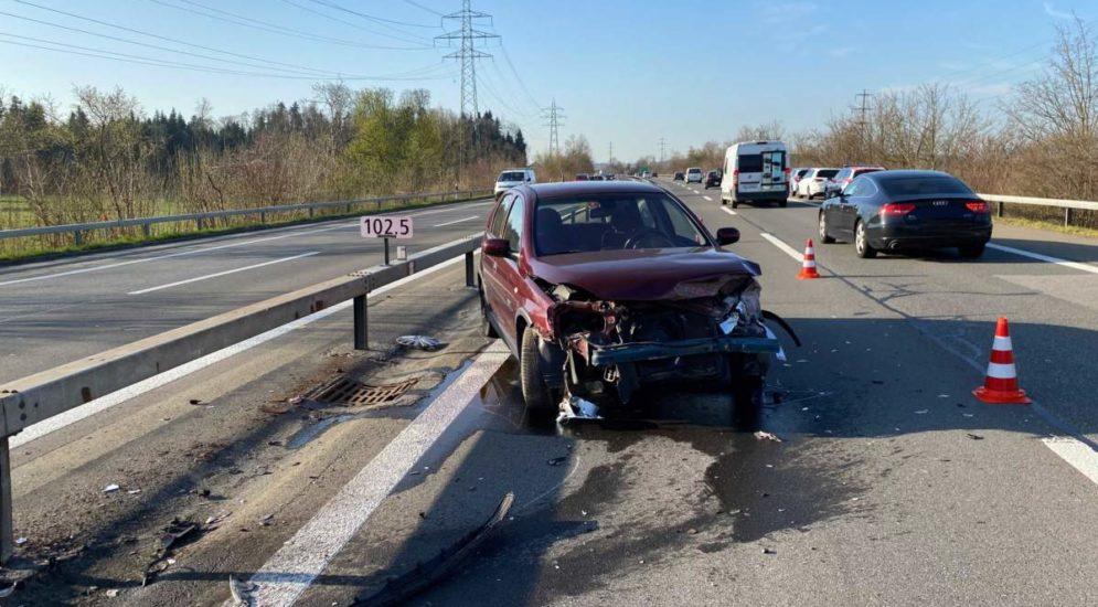 A4, Risch Rotkreuz: Auto nach Unfall ein Fall für den Schrottplatz