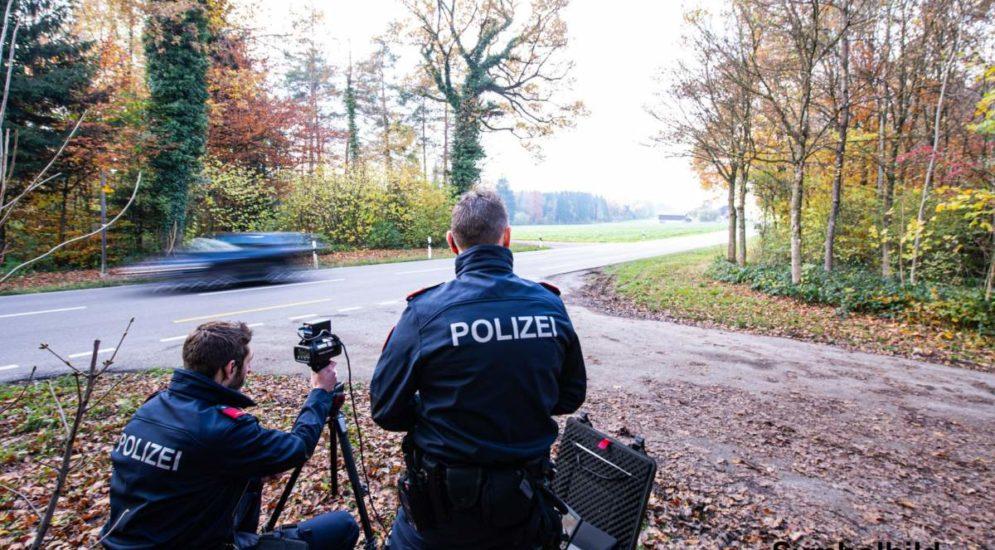 Einsiedeln, Euthal SZ: Lenker brettert mit 117 km/h durch 60er Bereich