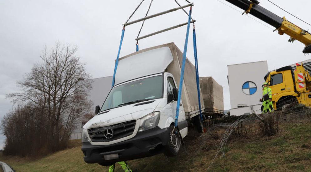 Unfall St.Gallen - Lieferwagen rollt Hang hinunter