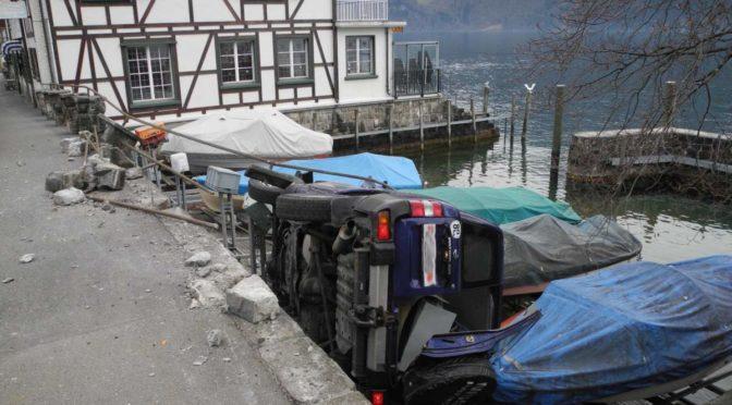 Gersau SZ: Auto landet bei Unfall auf Booten