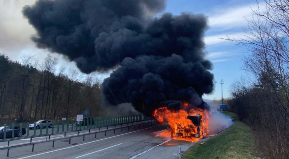 Winterthur ZH: Stau wegen Brand eines Gelenkbusses auf der A1