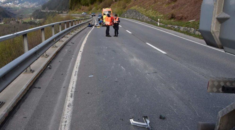 Sumvitg GR: Motorradlenker (18) bei Unfall mit LKW verletzt