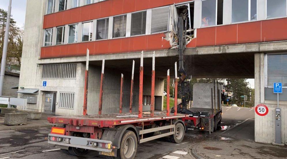 Schaffhausen: Lastwagen mit ausgefahrenem Ladekran kracht in Gebäudefassade