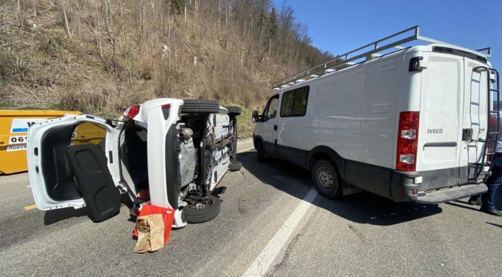 Dittingen BL: Auto kippt bei Unfall auf die Seite