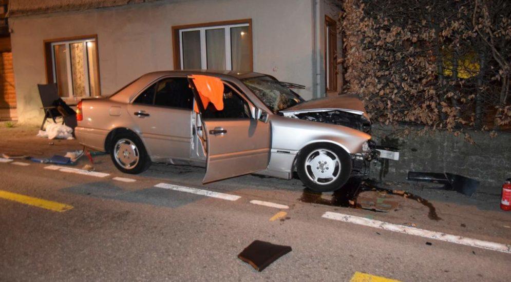 Unfälle Schwellbrunn, Heiden AR: Lernfahrer (18) frontal gegen Mauer geprallt