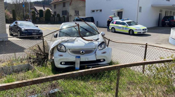 Unfall Unterkulm AG: Smart durchbricht Gartenzaun