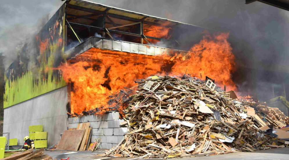 Sargans SG: Halle eines Recyclingcenters in Vollbrand