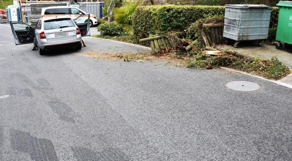 Hergiswil NW: Abgelenkter Fahrer (71) kracht in Entsorgungsstelle