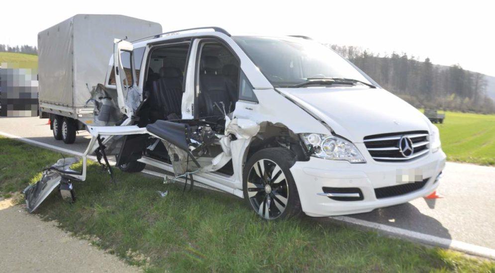 Däniken SO: Heftiger Unfall zwischen Arbeitskarren und Auto mit Anhänger