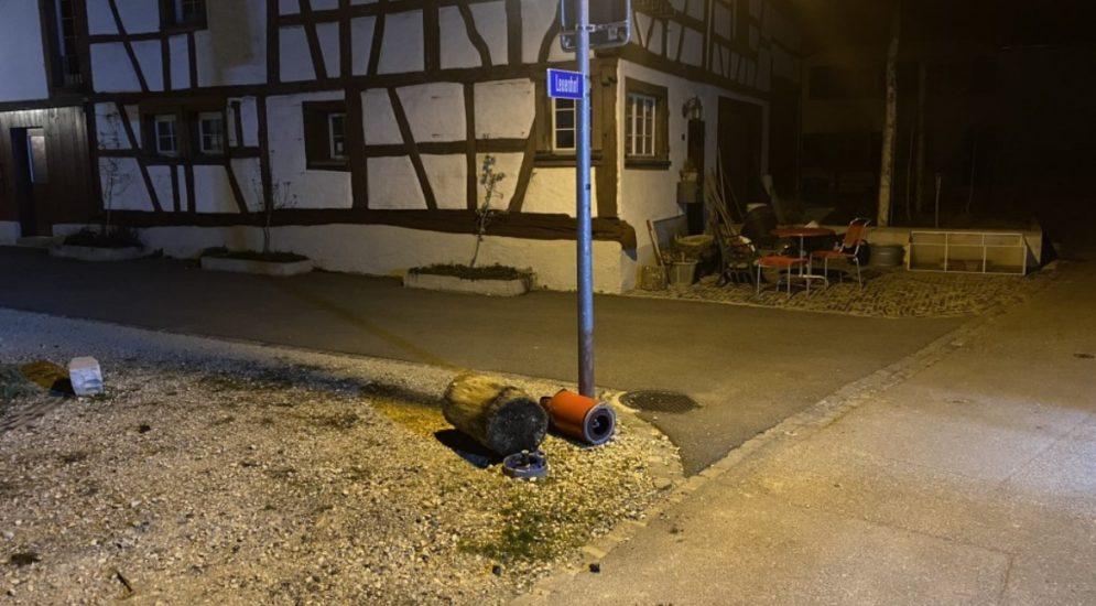 Hemmental SH: Lenker kollidiert mit Hydrant und begeht Unfallflucht