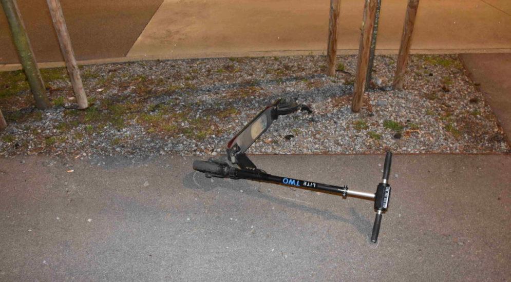 Oberuzwil SG: Bei Unfall mit E-Scooter gegen Pfahl gedonnert