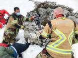 Schrattenfluh LU: Junge Schneeschuhwanderin unter Felsblock eingeklemmt