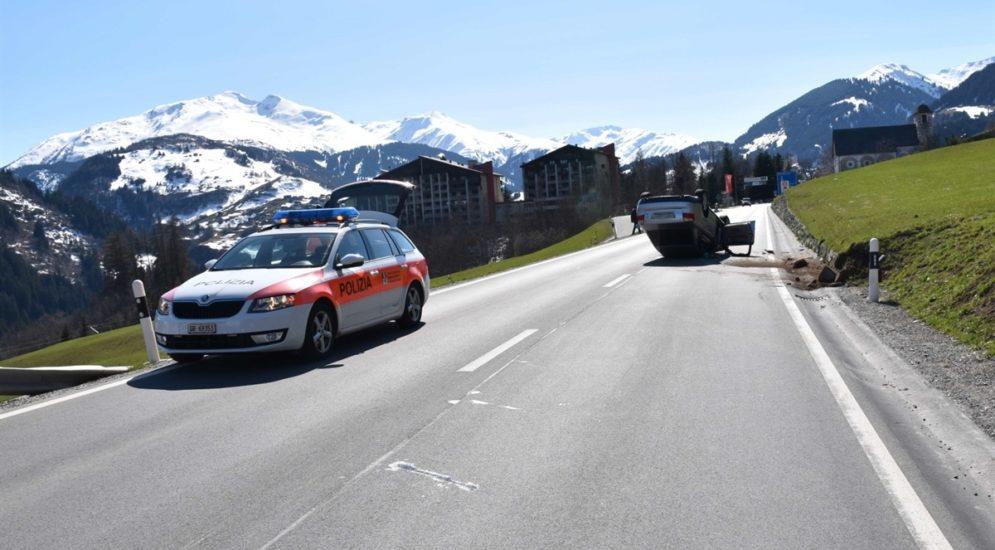 Disentis/Mustér GR: Auto kippt bei Unfall aufs Dach
