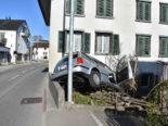 Unfall Wagen SG: Mit Auto frontal gegen Hauswand geprallt