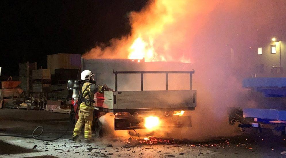 San Vittore GR: Lieferwagen und Baumulde in Brand geraten
