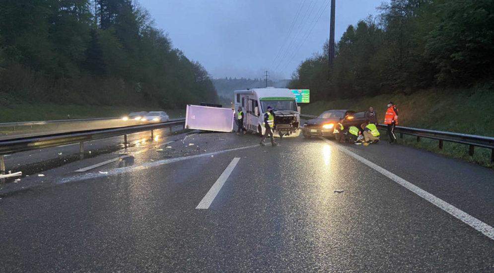 Unfall A1 Kölliken AG: BMW-Fahrer prallt in Wohnmobil