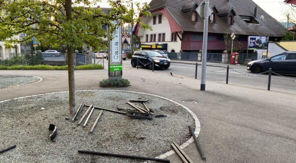 Oberentfelden AG: Bei Unfall betrunken in Eisenstangenkonstrukt geprallt