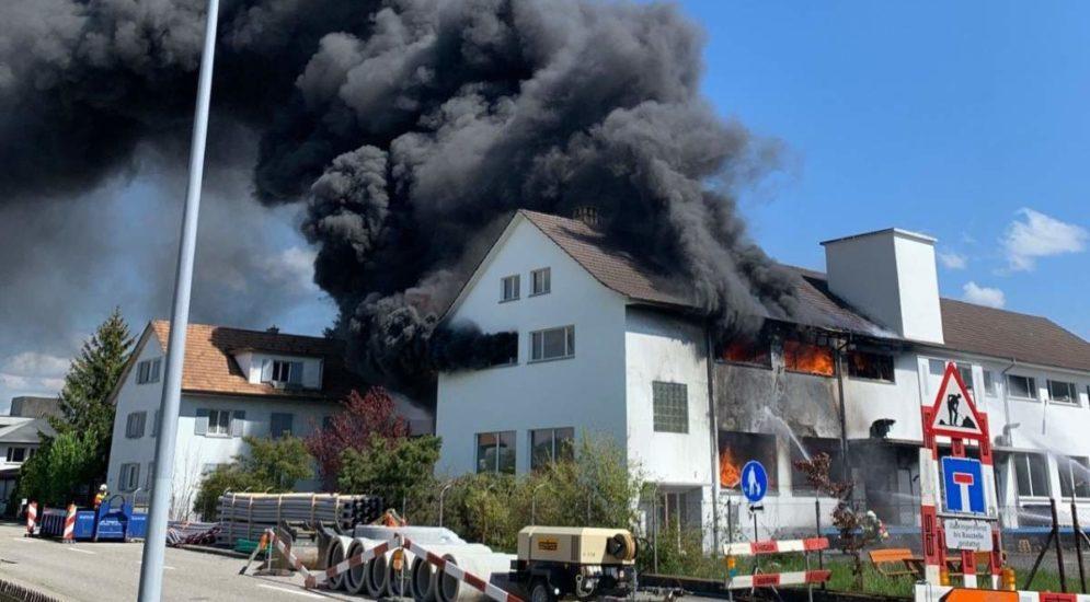 Grossaufgebot in Däniken SO: Brand in Lager- und Produktionshalle