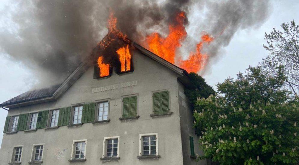 Grossaufgebot in Bünzen AG: Brand verwüstet Gebäude