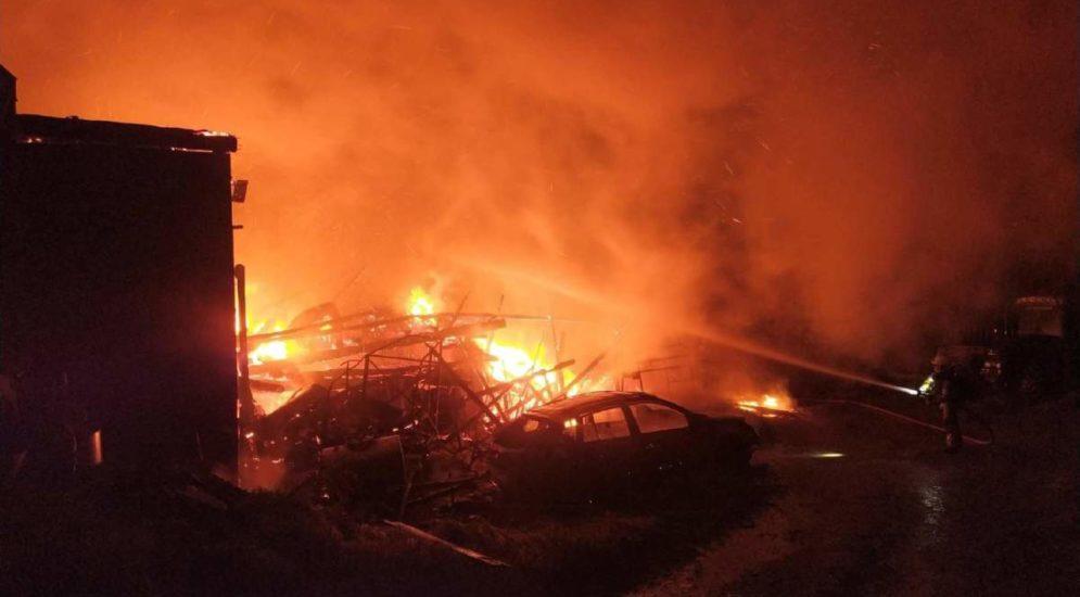 Cheiry FR: Scheune komplett durch Feuer zerstört