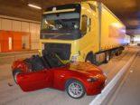 A2, Hergiswil NW: Unfall zwischen Sattelmotorfahrzeug und Cabriolet