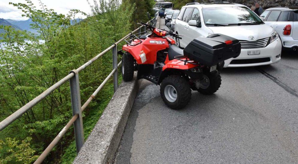 Emmetten NW: Quadlenkerin bei Unfall über Motorhaube geschleudert