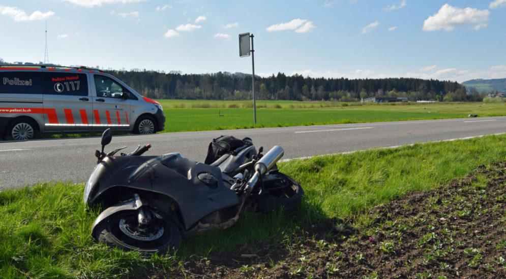 Unfall Neudorf LU: Motorradlenker verletzt – Reh tot